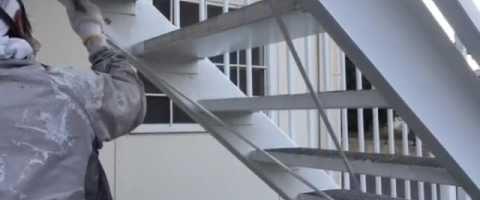 外壁塗装埼玉県吉見町下細谷より 外部階段錆止め作業