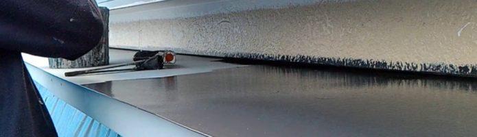 外壁塗装東京都東久留米市小山より 霧除け上塗り1回目作業