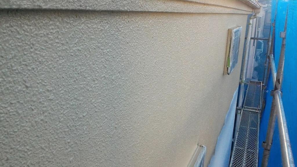 外壁モルタル部の上塗り1回目の様子