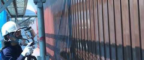 金属サイディングの上塗り作業 外壁塗装埼玉県川越市小ヶ谷より