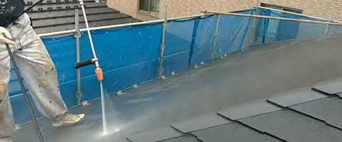 コロニアル屋根の高圧洗浄作業|埼玉県川越市仙波町現場で塗替えリフォーム施工中