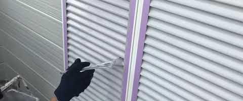 雨戸の仕上げ塗装|外壁塗装埼玉県富士見市水谷東現場で塗替えリフォーム施工中