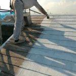 コロニアル屋根の遮熱塗装下塗り|外壁塗装埼玉県所沢市こぶし町現場で塗替えリフォーム施工中