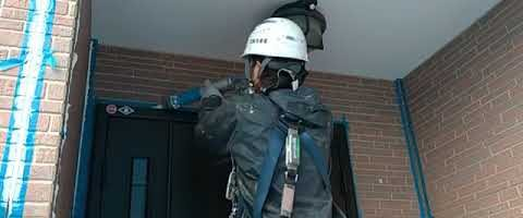 玄関まわりのシーリング作業|外壁塗装埼玉県川越市上戸現場で塗替えリフォーム施工中