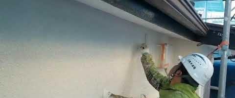 モルタル壁の上塗り作業 外壁塗装埼玉県入間郡三芳町藤久保現場で塗替えリフォーム施工中