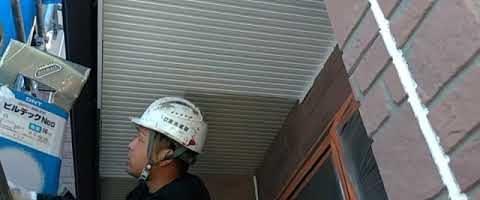 軒天の上塗り作業 外壁塗装埼玉県川越市並木現場で塗替えリフォーム施工中です