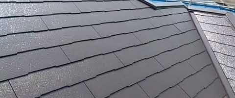 コロニアル屋根にセミフロンスーパールーフⅡ遮熱を塗装しました|外壁塗装埼玉県川越市並木現場で塗替えリフォーム施工中