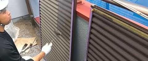 ミニローラーで雨戸を塗装しました|外壁塗装埼玉県川越市下新河岸現場で塗替えリフォーム施工中