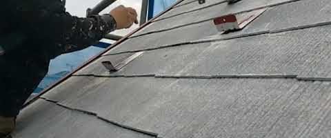 急勾配屋根の塗装作業でタスペーサー取付け|外壁塗装埼玉県川越市下新河岸現場で塗替えリフォーム施工中