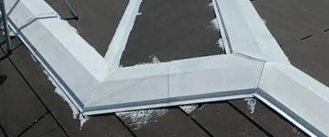 コロニアル屋根のトタン部錆止め作業|外壁塗装埼玉県川越市並木新町現場で塗替えリフォーム施工中です