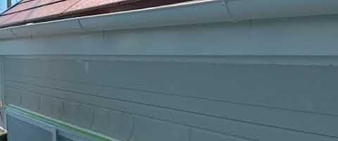 破風板と雨樋の上塗り作業|外壁塗装埼玉県川越市並木新町現場で塗替えリフォーム施工中