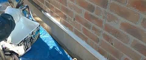 基礎水切りの下塗り作業|外壁塗装埼玉県川越市南大塚現場で塗替えリフォーム施工中