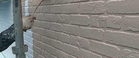 窯業系サイディングの上塗り作業|外壁塗装埼玉県川越市南大塚現場で塗替えリフォーム施工中です