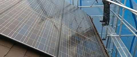 平型スレート屋根の高圧洗浄作業|外壁塗装埼玉県川越市南田島現場で塗替えリフォーム施工中です。