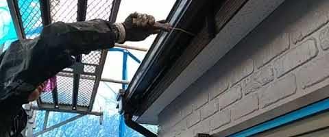 破風板と軒樋をニッペファインフッソで塗装しました|外壁塗装埼玉県川越市南大塚現場で塗替えリフォーム施工中です