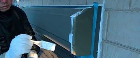 シャッターBOXの下塗り作業 埼玉県川越市南田島現場で塗替えリフォーム施工中です
