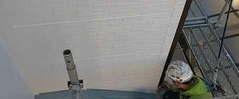 窯業系サイディング壁塗装後の手直し作業|外壁塗装埼玉県入間郡三芳町藤久保現場で塗替えリフォーム施工中