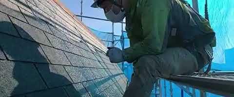 アスファルトシングル屋根上塗り作業l埼玉県川越市南台現場で塗替えリフォーム施工中