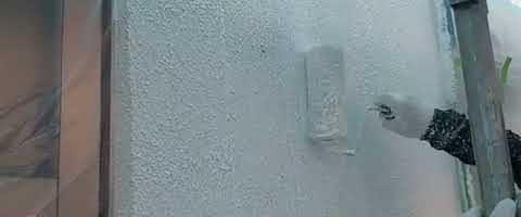 多孔質ローラーでパターン塗作業l埼玉県川越市久下戸現場で塗り替えリフォーム施工中