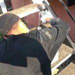 鉄骨階段の上塗り作業l埼玉県川越市寺尾現場で塗り替えリフォーム施工中